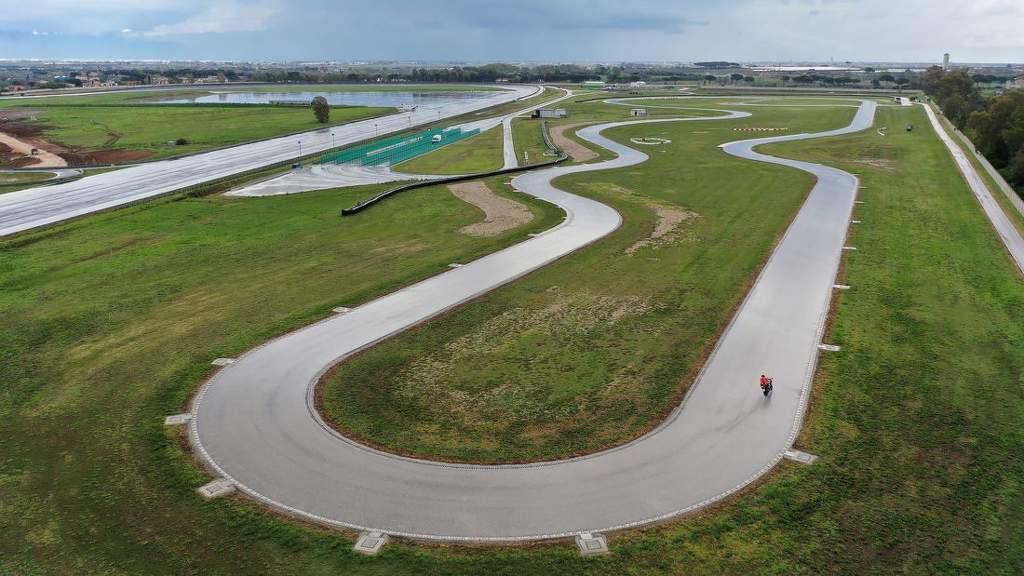 Test sportovních moto pneu na závodním okruhu v Itálii