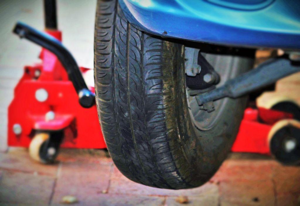 výměna pneumatik na zvedáku