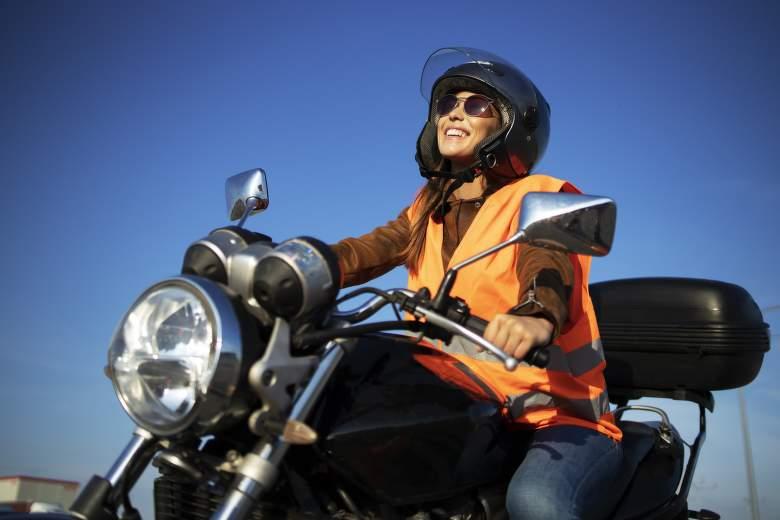 Motorkář s reflexní vestou